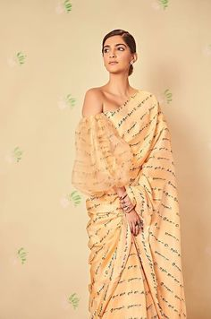 Unconventional drapes by fashionista Sonam Kapoor Ahuja! Saree Draping Styles, Saree Styles, Drape Sarees, Indian Dresses, Indian Outfits, Ethnic Outfits, Ethnic Dress, Indian Clothes, Sonam Kapoor Saree