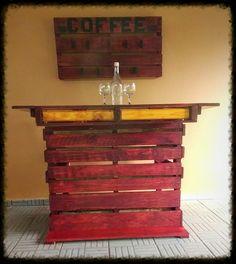 Barra hecha en paletas y estante para tazas de café.