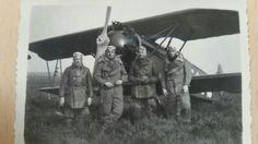 Een vooroorlogse orginele foto van vier Nederlandse vliegers voor een Nederlands Fokker vliegtuig. De foto is genomen op de bakermat van de Nederlandse luchtvaart: Soesterberg