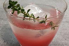 Cocktail-Zutaten:     2 cl Gin     1 cl selbstgemachter Rhabarber-Sirup     einen Spritzer frischen Zitronensaft     Eiswürfel     ein Thymianzweig  Cheers! #rhubarb #rhabarber #rhabarbersirup #cocktail #katjakochtcom