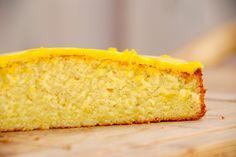 Sådan bager du en nem citronmåne, som giver to lækre citronhalvmåneder. Selvfølgelig betrukket med en lækker, gul glasur. Til denne opskrift på en nem citronmåne skal du bruge: 250 gram meget blødt…