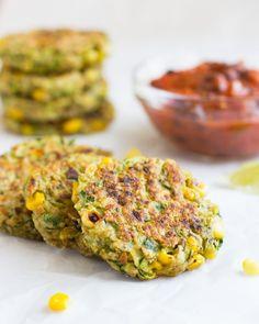 Calabacín maíz Buñuelos con Salsa de Frijol Negro son una opción vegetariana saludable y fácil para la cena.  Son sin leche y se puede hacer fácilmente sin gluten, así!