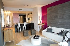 Evolo, espace salon - mur en bois de grange - Jacynthe Leroux designer Condominium, Designer, Conference Room, Decoration, Table, Furniture, Home Decor, Lounge Areas, Wood Walls