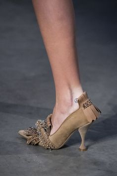 Burberry Prorsum at London Fashion Week Fall 2019 - Details Runway Photos Women's Dresses, Fab Shoes, Ralph Lauren, Luxury Shoes, Beautiful Shoes, Fashion Boots, Fashion Top, Fashion Edgy, Fashion Women