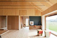 Die Holzvertäfelung ist farbstabil und schafft ein tolles Raumklima