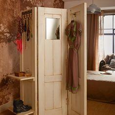 Biombo con puertas viejas recicladas