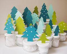 DIY Calendrier de l'avent : une forêt de sapins (sapins en papier collés sur les couvercles de bocaux en verre, peints en blanc):