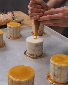 Home & Garden Cake Decorating Videos, Cake Decorating Techniques, Mini Vanilla Cake Recipe, Mini Cakes, Cupcake Cakes, Mini Wedding Cakes, Caramel Drip Cake, Cake Recipes, Dessert Recipes