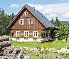V roubení i v dřevěném obložení krásně vynikají bílá okna. Za hlavním vstupem do chalupy je šikovná šatna
