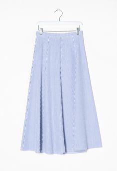 100% cotton seer-sucker midi skirt. Light, summery fabric, characterised by a striped crepe effect. Wide and flared gored skirt. Below knee length.
