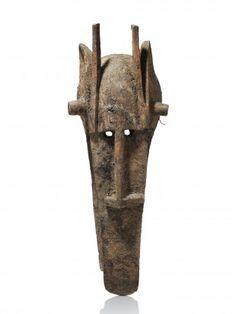 """28 Maske, """"kònò"""" Bamana, Mali H 99,5 cm. Provenienz: - Eric Steinfels Auktionen, Zürich (1978). - Rudolf und Leonore Blum, Zumikon. Bei dem angebotenen Objekt handelt es sich um eine kònò-Maske."""