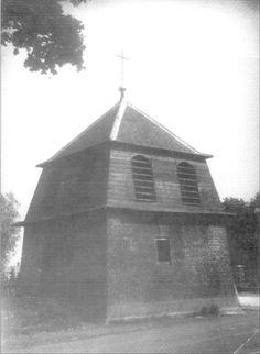 Het luihuis van de Trudokerk.  Het oude luihuisje van de Trudokerk. In sommige geschriften werd dit ook wel 'Belfort' genoemd. Op de achtergrond rechts is nog een stukje van de omheining van het oude kerkhof zichtbaar. Het luihuis werd in 1922 gesloopt. Een klok werd overgebracht naar de St. Trudokerk en een naar de inmiddels gesloten 'Steentjeskerk'.