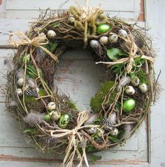 diy kranz Homemade Easter door wreath with moss, feathers, eggs, branches . Easter Flower Arrangements, Easter Flowers, Diy Wreath, Door Wreaths, Wreath Ideas, Moss Wreath, Easter Wreaths, Christmas Wreaths, Deco Nature