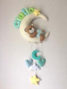 Fiocco nascita con orsetto addormentato | Etsy Baby Crafts, Felt Crafts, Baby Cot Bumper, Felt Name Banner, Soft Toys Making, Superhero Wall Art, Felt Wall Hanging, Baby Embroidery, Felt Decorations