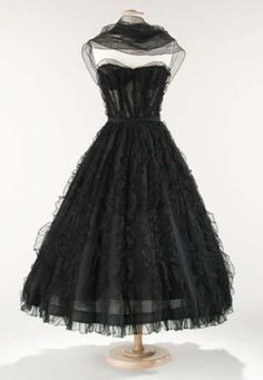 Vintage Chanel Dress - c. 1957 - House of Chanel (French, founded - Design by Gabrielle 'Coco' Chanel (French, - Silk Chanel Vintage, Vintage Couture, 1950s Fashion, Vintage Fashion, French Fashion, Timeless Fashion, Vintage Dresses, Vintage Outfits, Vintage Clothing