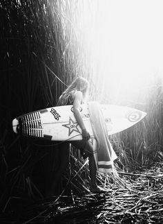 Alittle adventure with Alana Blanchard didnt hurt nobody. Surf Mar, Famous Surfers, Alana Blanchard, Black And White Beach, Soul Surfer, Foto Fashion, Surfer Style, Big Waves, Surf Girls