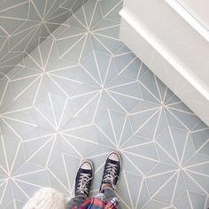 Gorgeous hexagonal floor reference designed by We loooove it! Cement Tiles Bathroom, Kitchen Tiles, Bathroom Flooring, Kitchen Flooring, Mosaic Tiles, Bathroom Renos, Small Bathroom, Budget Bathroom, Küchen Design