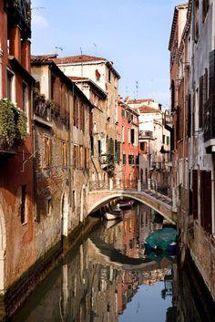 Boote auf einem Kanal in Venedig, Italien - Foto-Kunstdruck