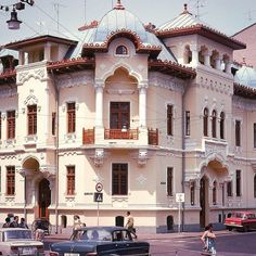 Boteanu building by arch. Petre Antonescu in early phase Neoromanian style rendered in Art Nouveau fashion. Commercial Architecture, Landscape Architecture, Romania People, Art Nouveau, Art Deco, Romania Travel, Bucharest, Byzantine, Old Houses