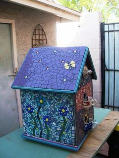 Michelle Legler I like the solid color roof with small points of interest. Mosaic Birdbath, Mosaic Garden Art, Mosaic Flower Pots, Mosaic Pots, Mosaic Birds, Mosaic Glass, Glass Art, Tile Mosaics, Stained Glass
