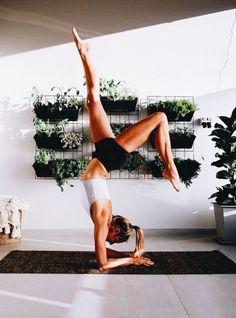 Pin by analise lien on yoga ♀ спорт Vinyasa Yoga, Yoga Inspiration, Biceps, Photo Yoga, Yoga Master, Sup Yoga, Meditation, Beginner Yoga, Yoga Photography