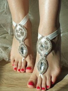 Pretty for an outdoor wedding celebration Feet Soles, Women's Feet, Ankle Jewelry, Feet Jewelry, Wedding Gloves, Sexy Toes, Pretty Toes, Female Feet, Bare Foot Sandals