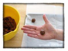 chocolate covered truffles from Chametz leftovers כדורי חמץ מצופים בשוקולד. פיתרון טעים לחיסול החמץ לפני פסח http://shikmabenmelech.com/2015/03/25/%D7%9B%D7%93%D7%95%D7%A8%D7%99-%D7%97%D7%9E%D7%A5-%D7%91%D7%A9%D7%95%D7%A7%D7%95%D7%9C%D7%93/