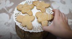 En este post os dejo una receta y un vídeo para hacer unas galletas de jengibre (gingerbread cookies) para estas fechas navideñas. Gingerbread Cookies, Desserts, Christmas, Food, Cookie Cutters, Christmas Recipes, Gingerbread Cupcakes, Tailgate Desserts, Xmas
