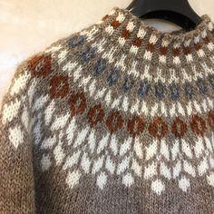 Fair Isle Knitting Patterns, Crochet Patterns, Mens Knit Sweater, Icelandic Sweaters, Cross Stitch Bird, Yarn Crafts, Pulls, Knitting Projects, Knitted Hats