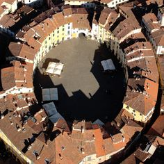 Lucca, piazza del anfiteatro,...Italy L'ho vista molte volte... Ma questa foto a me impressiona sempre... #sedimentazione