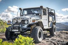 40 series body ✔ 80 series chassis ✔ Chev ✔ Tag a mate who would love this rig - Owne Toyota Cruiser, Toyota Fj40, Toyota Trucks, Fj Cruiser, 4x4 Trucks, Custom Trucks, Jeep Cars, Jeep 4x4, Carros Toyota