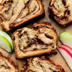 Apple Cinnamon Babka (Recipe + Video) Cinnamon Babka, Cinnamon Crumble, Cinnamon Apples, Baking Games, Babka Recipe, Chocolate Babka, Sallys Baking Addiction, Crumble Topping, Dessert Bread