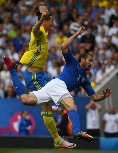 Sweden's forward Zlatan Ibrahimovic (L) jumps with Italy's defender Giorgio Chiellini during the Euro 2016 group E football match between Italy and Sweden at the Stadium Municipal in Toulouse on June 17, 2016.  / AFP / PASCAL GUYOT