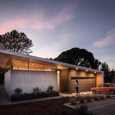 Aesthetic cues of this house originated from the historical LA's Case Study Houses and Eichler's MCM gems The post Avocado Acres House by Surfside Projects appeared first on Design Raid. U Shaped House Plans, U Shaped Houses, Roof Design, House Design, Double Story House, Unique Floor Plans, Courtyard House Plans, Wooden Ceilings, California Homes