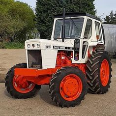 Check out this nice David Brown 1410 with cab from Big Tractors, Vintage Tractors, Tractor Cabs, Farm Pictures, Classic Tractor, Heavy Machinery, New Holland, Rubber Tires, Harvester