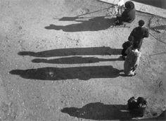 Noël Le Boyer, Bord du quai, un peintre assis sur un pliant et des spectateurs en arrière, ombres projetées, 1940 Epreuve gélatino-argentique Ministère de la culture (France), Médiathèque de l'architecture et du patrimoine, diffusion RMN