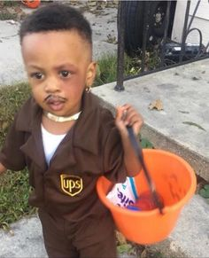 This little guy is wins with this throwback Red from Friday, black eye and all. Punny Halloween Costumes, Boy Costumes, Halloween Party, Scream Halloween, Halloween Outfits, Halloween Ideas, Costume Ideas, Happy Halloween, Cute Kids