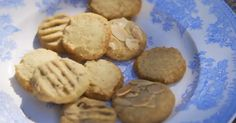 """Mary Berry make mini three-way biscuits (chocolate chip biscuits, lemon biscuits and almond biscuits) with her grandchildren on Mary Berry's Absolute Favourites. Mary says: """"These are m… Chocolate Chip Biscuits, Easy Chocolate Chip Cookies, Mary Berry Biscuits, Lemon Biscuits, Easy Biscuits, English Chocolate, English Biscuits, Easy Biscuit Recipe, Plain Cookies"""