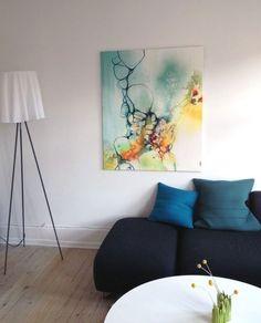 Blåt maleri i stue indretning i nordisk stil med moderne kunst #art #painting #abstract #japan #copenhagen #modernart #abstractpainting #nordic #home #interior #interiordecor #interiorstyling