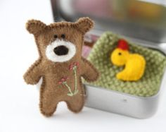 Wee TEDDY DOLL in TIN huis Doll Tin voelde Teddy door PETITmiracles