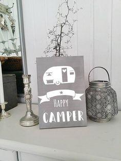 holzschilder shabby chic schild im hotel sind wir gast hier sind wir zuhause camping. Black Bedroom Furniture Sets. Home Design Ideas