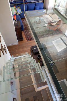DOPO La scala è stata sostituita e il vano ridimensionato, con aumento della superficie in soggiorno; anche il soppalco è nuovo.