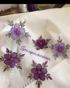 Görüntünün olası içeriği: çiçek Needle Lace, Bobbin Lace, Knitted Poncho, Knitted Shawls, Purple Hand Towels, Towel Embroidery, Baby Knitting Patterns, Knitting Socks, Crochet Flowers