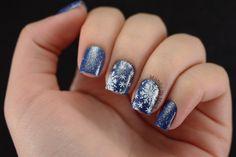 Blue & White Glitter Snowflake Stamping Nails: http://mundodamare.com/2014/12/17/flocos-de-neve/