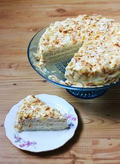 Tati Cupcake: Mandeltorte auf schwedisch. Zutaten: 8 Eier 300 g Zucker 150 g Butter 200 g Sahne 200 g Mandeln, gemahlen ca. 100 g Mandelplättchen Zunächst die Eier trennen. Die Sahne und 150 g Zucker aufkochen und vom Herd nehmen. Etwa 1/3 der Sahne und die Eigelbe mit einem Schneebesen kräftig verrühren, dann unter die übrige Sahne rühren. Die Masse bei schwacher Hitze solange rühren, bis sie dickcremig wird. Die Creme in eine Schüssel auskühlen lassen. Nun die Eiweiße steif schlagen, dabei…