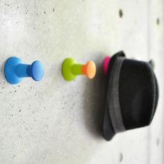 壁にでっかいピンをさす。 押しピンフック PUSH pin - まとめのインテリア / デザイン雑貨とインテリアのまとめ。