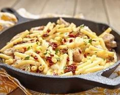 macaronis poêlés au poulet et tomates séchées : http://www.cuisineaz.com/recettes/macaronis-poeles-au-poulet-et-tomates-sechees-86912.aspx