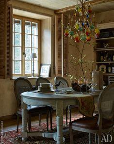 Столовая. Люстра, Tredici. Обеденный стол Olivia и стулья Spa, все Living.<br />  Ковер, Persicia.