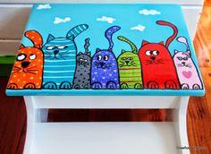 Estos banquitos están pintados en esmalte sintético brillante y con diseños únicos y originales en acrílicos.