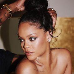 #MelaninBeauty: R I H A N N A   @badgalriri  F E N T Y  B E A U T Y   @fentybeauty  #makeup #fentybeauty #melanin #beauty #blackgirlmagic #blackexcellence #blackgirlsrock #instamakeup #instagram #instabeauty  : Rihanna IG